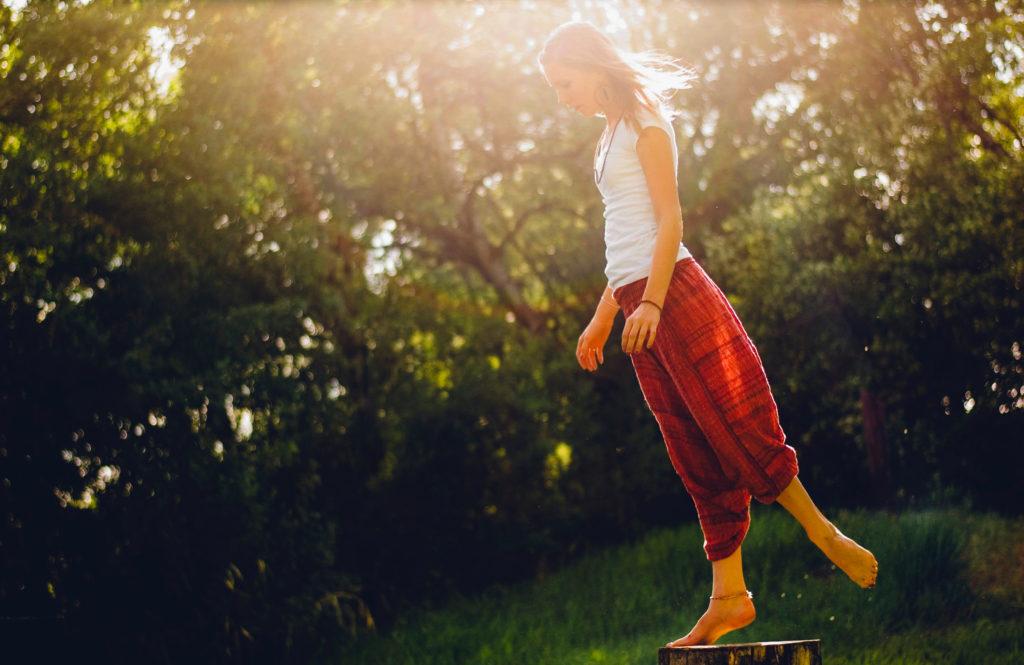 femme en équilibre sur un pied