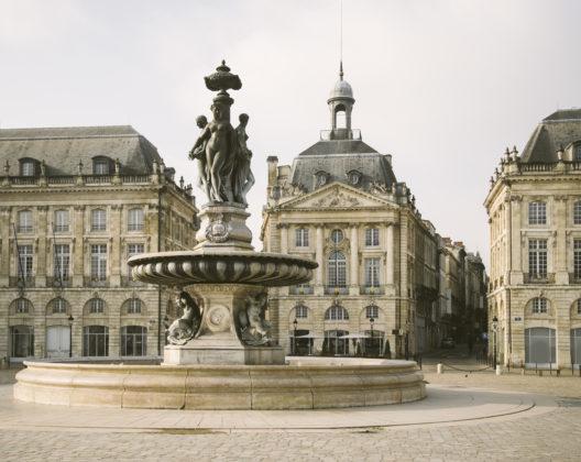 Vue sur les façades de la place de la Bourse à Bordeaux