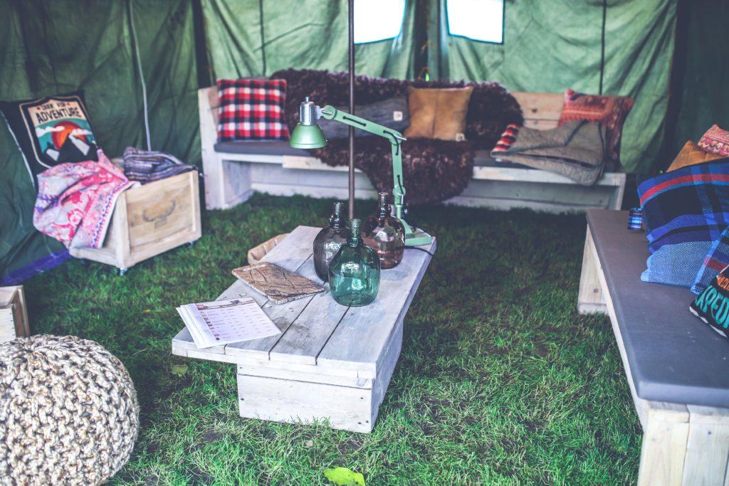 intérieur d'une grande tente pour séminaire nature