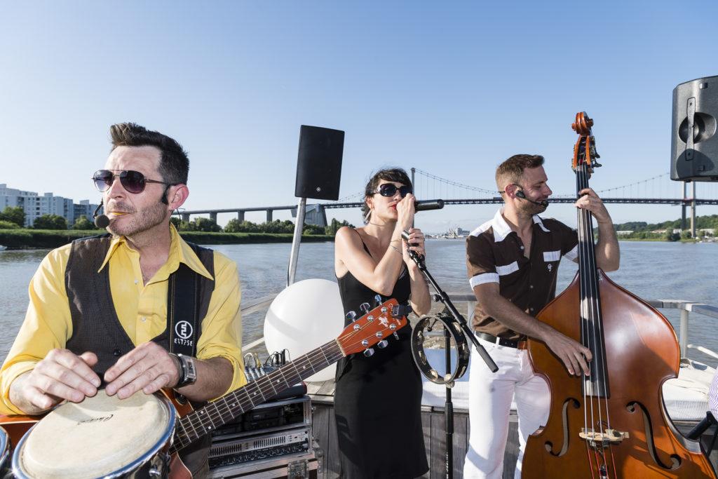 groupe de musique sur un bateau