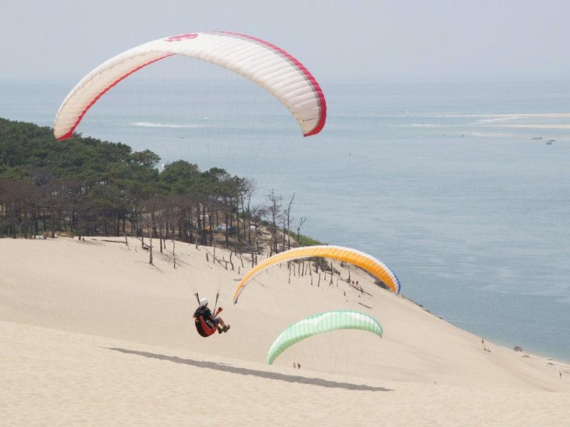 vol d'un parapente sur la dune du pilat