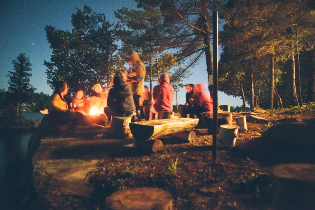groupe autour du feu dans un bois