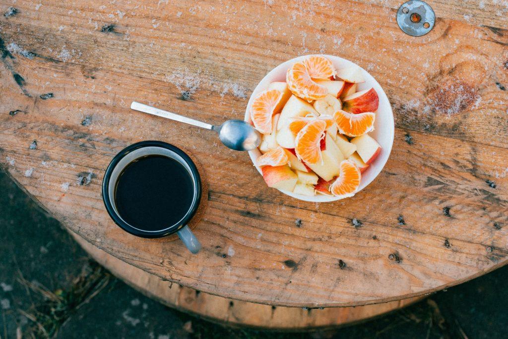 salade de fruits et café en extérieur