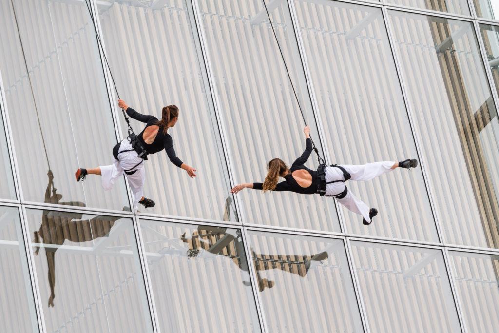 spectacle acrobatique lors d'une soirée d'inauguration d'entreprise