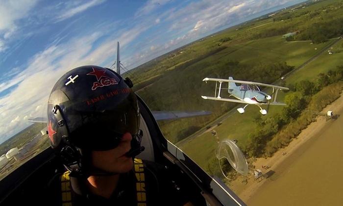 Deux aviosn dans les air, un pilote au premier plan