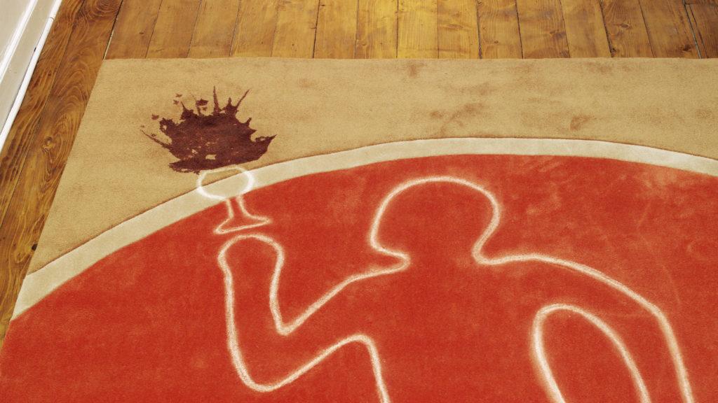 Une silhouette à la craie blanche sur un tapis taché de vin.