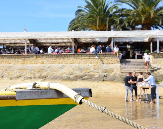 Un groupe dégustant des huîtres sur la plage