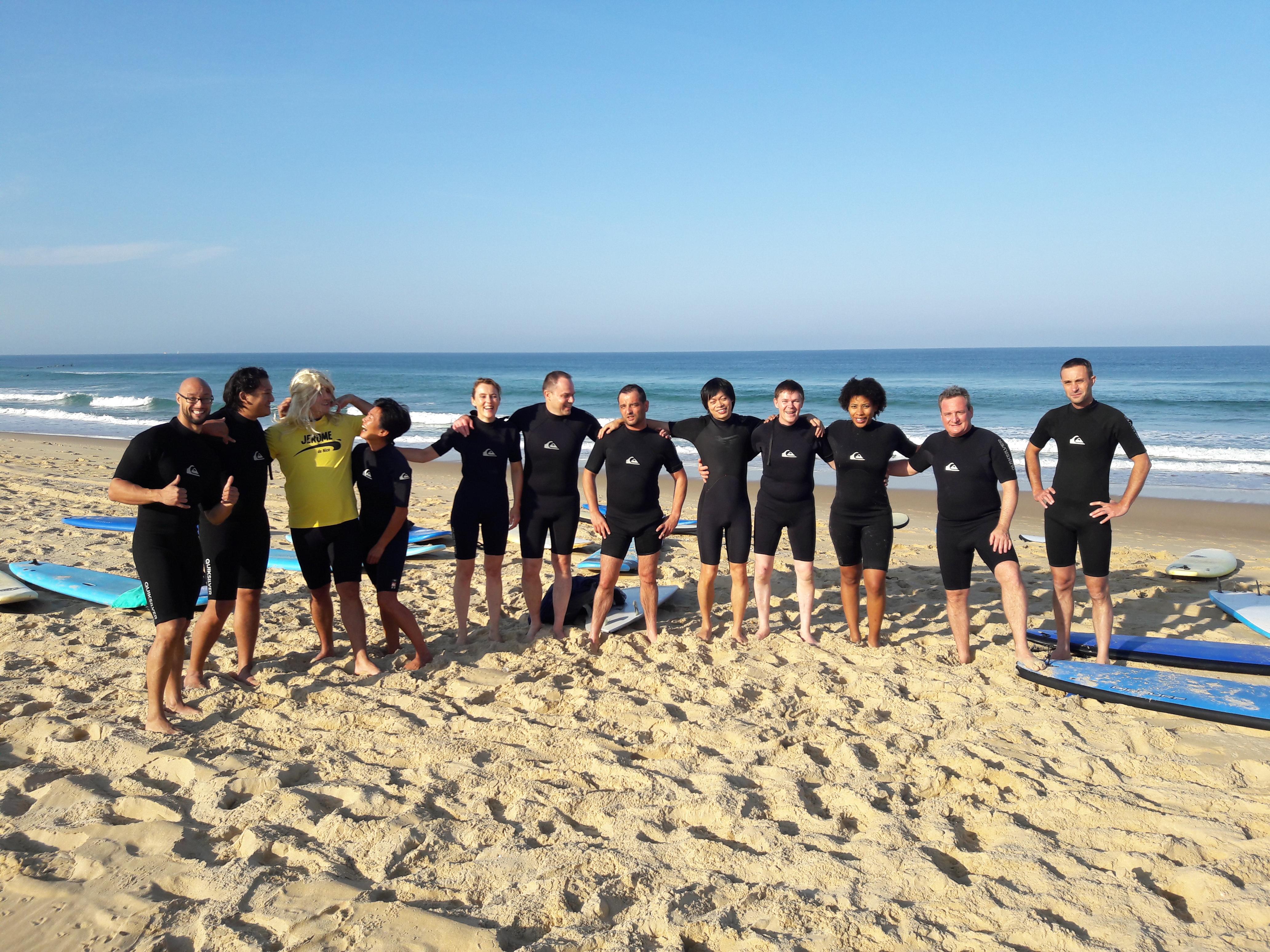 Groupe de surfeurs sur la plage